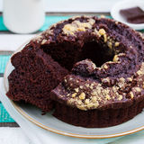 Chocolat bundt cake Kleurrijke Houten Achtergrond Stock Afbeelding