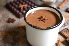 Chocolat chaud épicé de chauffage images stock