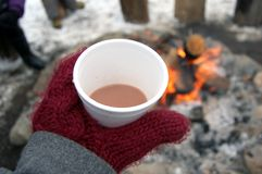 Chocolat chaud au puits du feu Image stock