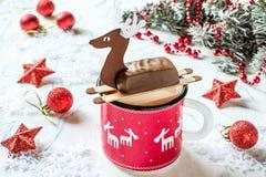 Chocolat chaud avec des barres de chocolat sous la forme de cerfs communs de Noël Images libres de droits
