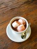 Chocolat chaud avec des guimauves sur la surface en bois Photographie stock libre de droits