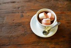 Chocolat chaud avec des guimauves sur la surface en bois Photo libre de droits
