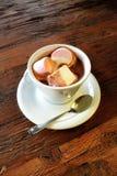 Chocolat chaud avec des guimauves sur la surface en bois Photographie stock