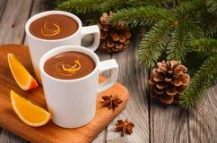 Chocolat chaud avec l'orange et les épices sur la table en bois rustique Images stock