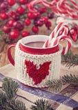 Chocolat chaud avec la canne de sucrerie Photo stock