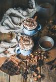 Chocolat chaud avec la crème fouettée, écrous, épices, poudre de cacao Photos libres de droits
