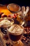 Chocolat chaud avec la crème fouettée arrosée avec de la cannelle Photographie stock