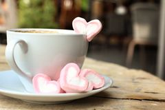 Chocolat chaud avec la guimauve de rose de coeur Image libre de droits