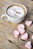 Chocolat chaud avec la guimauve de rose de coeur Photo libre de droits