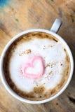 Chocolat chaud avec la guimauve de rose de coeur Images libres de droits