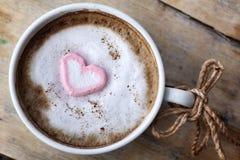 Chocolat chaud avec la guimauve de rose de coeur Image stock