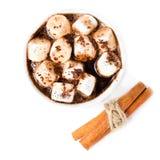 Chocolat chaud avec la mini guimauve et cannelle dans une tasse blanche Images stock