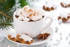 Chocolat chaud avec les guimauves et le biscuit de pain d'épice Image stock