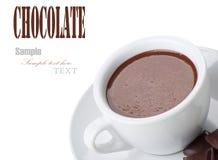 Chocolat chaud dans des cuvettes blanches avec le bar de chocolat Photos stock