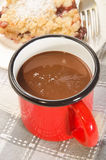 Chocolat chaud dans une tasse rouge d'émail Photographie stock