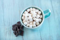Chocolat chaud de boissons d'hiver avec des guimauves Photo stock
