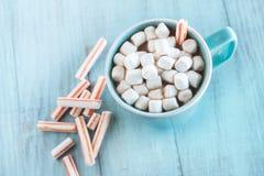 Chocolat chaud de boissons d'hiver de temps froid avec les guimauves et le pe Image stock