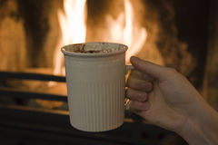 Chocolat chaud devant le feu Photo stock