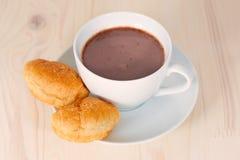 Chocolat chaud et deux croissants Photos libres de droits