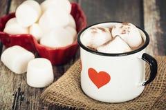 Chocolat chaud et guimauves dans la tasse d'émail de vintage Photos stock
