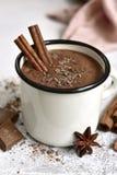 Chocolat chaud fait maison dans une tasse blanche d'émail photo stock