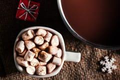 Chocolat chaud foncé dans un pot et une tasse avec du chocolat chaud et le blanc Photos stock