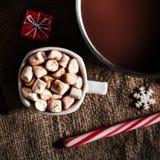 Chocolat chaud foncé dans un pot et une tasse avec du chocolat chaud et le blanc Photographie stock