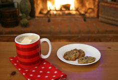Chocolat chaud par l'incendie Photo stock