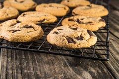Chocolat Chip Cookies sur le support de refroidissement Photos stock