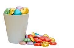 Chocolat coloré de coeur dans le verre blanc Photos stock