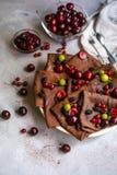 Chocolat, crêpes rondes minces préparées avec de la confiture de cerise images libres de droits