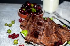Chocolat, crêpes rondes minces préparées avec de la confiture de cerise photographie stock