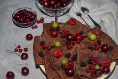Chocolat, crêpes rondes minces préparées avec de la confiture de cerise photos libres de droits