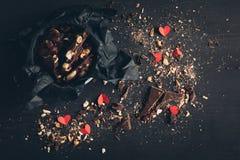 Chocolat déchiqueté et coeurs de papier rouges Images libres de droits