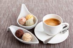 Chocolat délicieux sucré de pralines de truffe et café chaud d'expresso Images stock