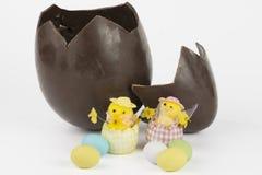 Chocolat d'oeufs de pâques cassé et poussins Image libre de droits