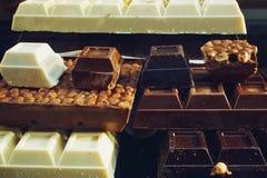 Chocolat dans la fenêtre de boutique, cubes énormes Image stock