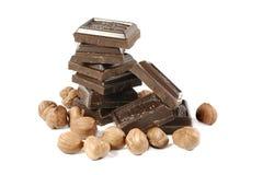 Chocolat dans les bars avec des noix photos stock
