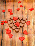 Chocolat de forme de coeur avec les coeurs rouges, bonbons à jour de valentines, fond en bois Photographie stock
