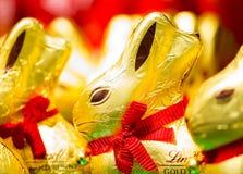 Chocolat de Lindt de lapin de Pâques sur des étagères dans le supermarché Photographie stock libre de droits