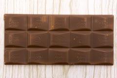 Chocolat de nussbeisser d'or d'Alpen avec des noisettes dans l'ouvert - la Russie Berezniki peut 7, 2018 image stock