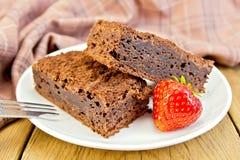 Chocolat de tarte avec des fraises dans le plat à bord Photographie stock libre de droits