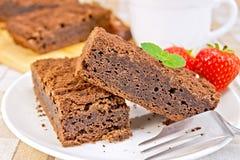 Chocolat de tarte avec des fraises dans le plat sur la serviette Image libre de droits