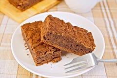 Chocolat de tarte dans le plat avec la fourchette sur la nappe Photographie stock libre de droits