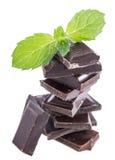 Chocolat empilé avec la menthe (sur le blanc) Photos stock