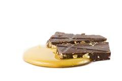Chocolat en miel d'isolement sur le blanc Photographie stock libre de droits