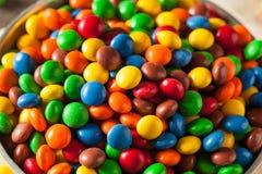 Chocolat enduit de sucrerie colorée d'arc-en-ciel photographie stock