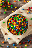 Chocolat enduit de sucrerie colorée d'arc-en-ciel image stock