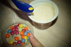 Chocolat enduit de sucrerie colorée d'arc-en-ciel Couleur, délicieuse photographie stock