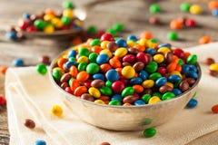 Chocolat enduit de sucrerie colorée d'arc-en-ciel Photographie stock libre de droits
